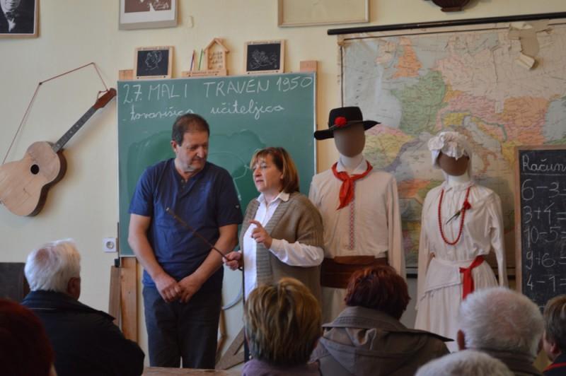»Učenec« Konrad pred tablo s strogo učiteljico